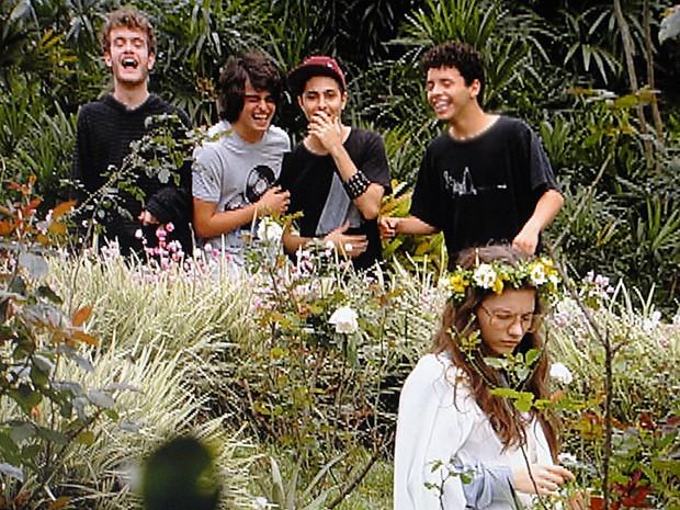 Sidney e os amigos debocham do jeito de Micaela (Foto: Malhação / TV Globo)