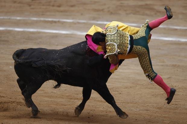 Um colega de Salguero que também se deu mal durante a tourada foi Cesar Ibelles. Ele foi arremessado após receber uma chifrada em cheio dentro da arena mexicana. (Foto: Edgard Garrido/Reuters)