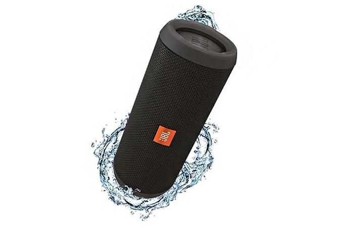 Caixa de som tem design resistente a água e bateria com duração de 10 horas (Foto: Divulgação/JBL)