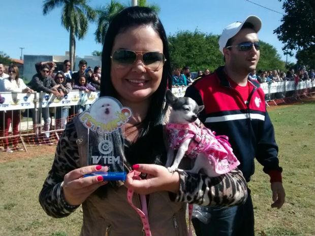 Troféu de menor cão ficou com Julie e a dona Bruna Bernardes (Foto: Mariana Bonora/G1)