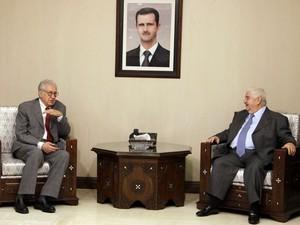 Brahimi se encontrou neste sábado (20) com o primeiro-ministro da Síria Walid al-Moualem (Foto: Reuters)