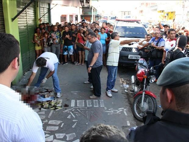 Suspeito foi atingido nas costas e morreu no local  (Foto: Jamile Alves/G1 AM)