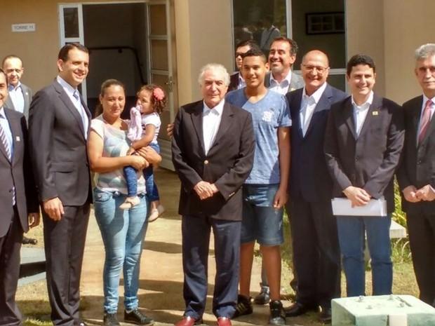 Temer e autoridades em visita a conjunto habitacional em Mogi das Cruzes (Foto: Maiara Barbosa/G1)