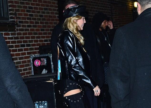 Miley Cyrus aposta em calça recortada e quase mostra demais (Foto: Backgrid)