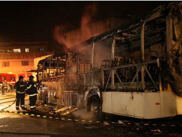 Bombeiros, ônibus, incendiado, Zona Leste (Foto: Edison Temoteo/Futura Press)