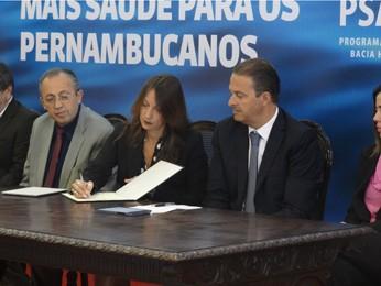 Representante do BID, Daniela Marquis, e Eduardo Campos assinam contrato em PE. (Foto: Lorena Aquino/G1)