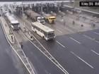 Ônibus não para em praça de pedágio e atinge veículos em barreira; assista