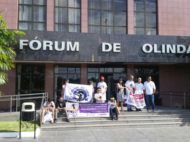 Amigos e familiares da vítima, assassinada aos 50 anos, fazem vigília em frente ao Fórum de Olinda (Foto: Renato Ramos/TV Globo)
