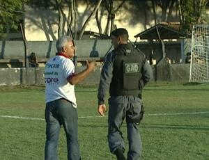 Vevé deixa o campo do José Olívio Soares acompanhado da Polícia Militar (Foto: Reprodução/TV Gazeta Sul)