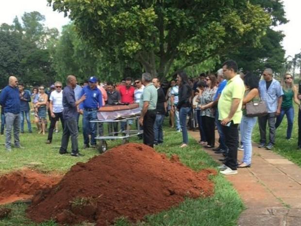 Policial aposentado Félix Nazareno é enterrado no Parque Memorial Goiânia, Goiás (Foto: Honório Jacometo/TV Anhanguera)