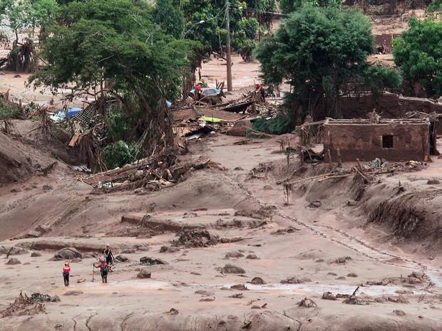 Bombeiros procuram por vítimas de rompimento da barragem em Bento Rodrigues, em Mariana (Foto: Márcio Fernandes/Estadão Conteúdo)