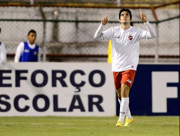 Lucas Sotero comemora gol do Vila Nova contra a Portuguesa (Foto: Mauro Horita / Agência estado)