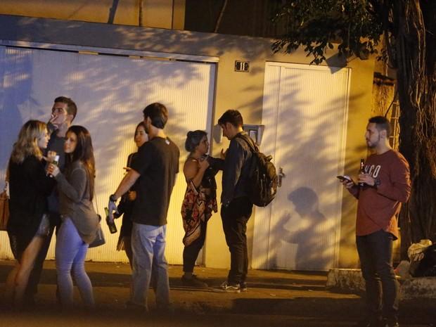 Marcelo Adnet acompanhado na Gávea, Zona Sul do Rio (Foto: Webert Belicio/ Ag. News)