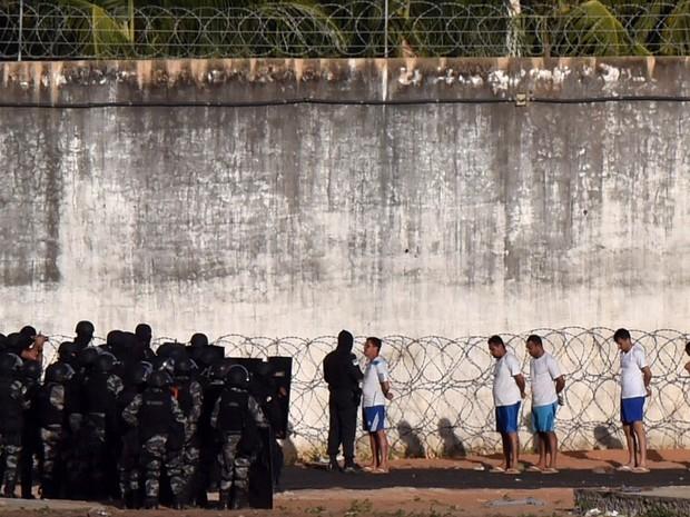 PM e GOE entraram na unidade prisional nesta segunda para tentar retomar o controle (Foto: Josemar Gonçalves/Reuters)