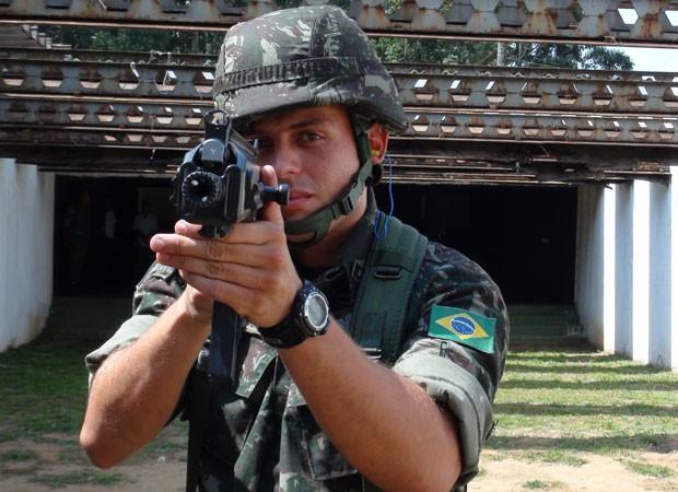 Tenente empunha novo fuzil do Exército, o IA2, o primeiro modelo desenvolvido e fabricado totalmente no Brasil e que substituirá o FAL, usado desde 1964 (Foto: Tahiane Stochero/G1)
