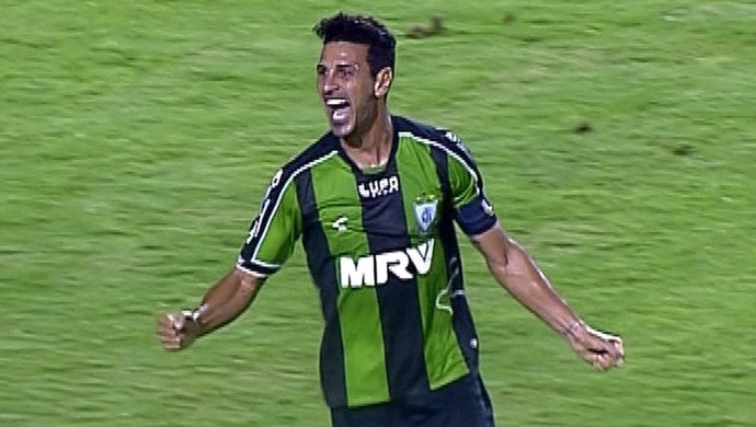 Leandro Guerreiro comemora seu gol na vitória do América-MG (Foto: Reprodução/Premiere)
