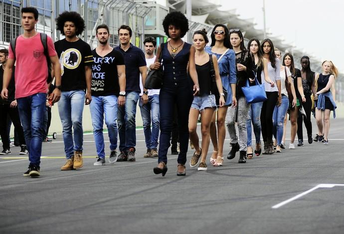 Modelos se alinham no grid em Interlagos (Foto: Marcos Ribolli)