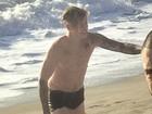 Justin Bieber mergulha só de cueca e passa por saia justa em praia