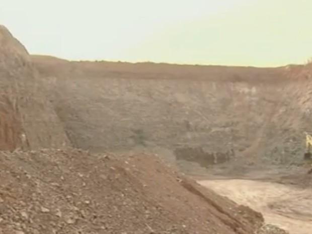 Extração de argila tem prejudicado Rio Corumbataí e meio ambiente (Foto: Reprodução/EPTV)