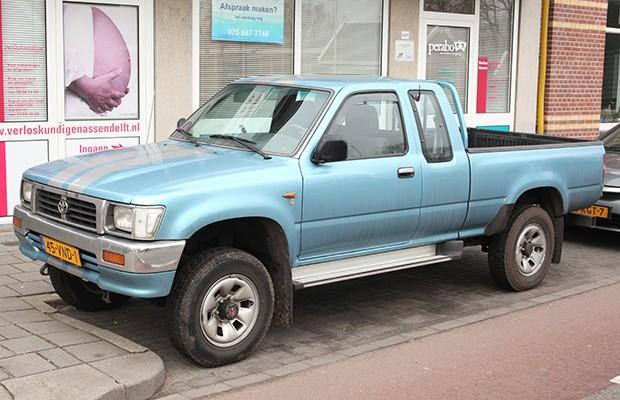 A quinta geração da Toyota Hilux foi a primeira a desembarcar oficialmente no Brasil (Foto: Reprodução)