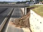 Funcionários começam obra de recuperação em viaduto, em Goiás