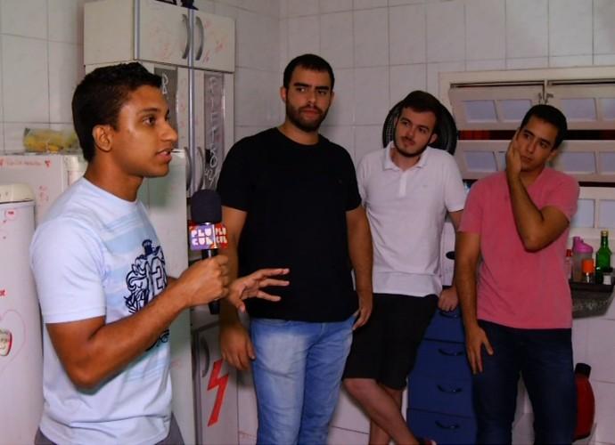 Rovany Araújo experimentou uma receita preparada pelos moradores de uma república de VR (Foto: Plugue)