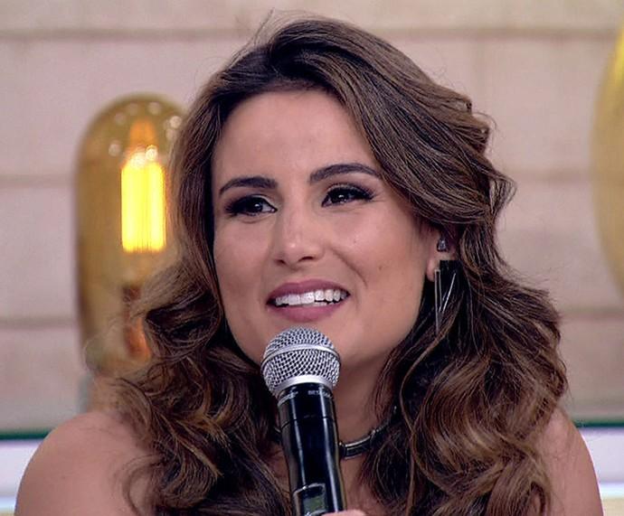 Úrsula Corona fica com a voz embargada ao falar sobre descoberta de câncer na cabeça (Foto: TV Globo)