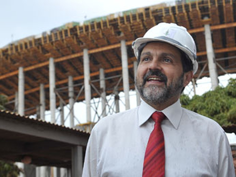 Agnelo Queiroz vistoria obras da construção do Estádio Nacional Mané Garrincha, em 2012 (Foto: Valter Campanato/ABr)