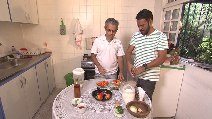 Cantor Jota Velloso prepara receita de moqueca de caju (Foto: TV Bahia)