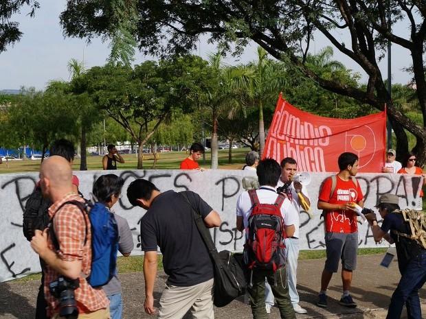 Grupo protestou contra a Fifa e os gastos públicos na Copa sorocaba (Foto: Eric Mantuan/G1)