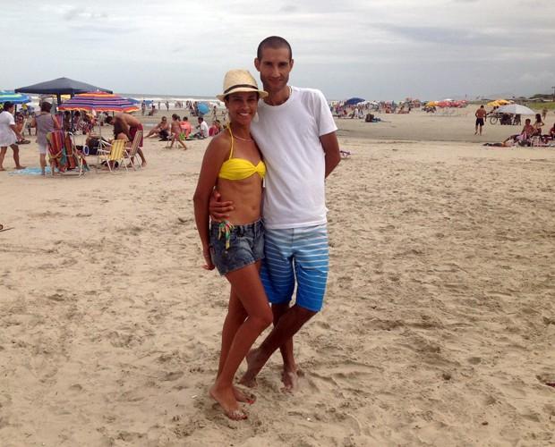 O casal Hiane Linhares e Ricardo Ferreira, de Curitiba, sempre que podem estão na praia de Ipanema (Foto: Divulgação/RPC)