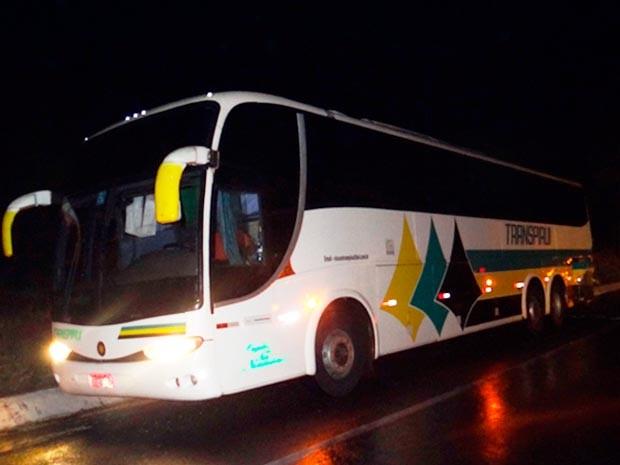 Ônibus teria feito ultrapassagem proibida em curva, diz PRF (Foto: Fernandez Fernandes/Blog do Sigi Vilares)