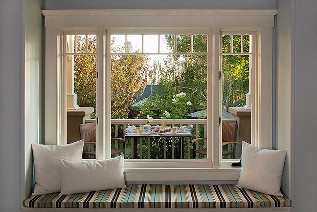 Muitas das cortinas da casa foram retiradas para trazer o máximo de iluminação natural possível (Foto: Divulgação)