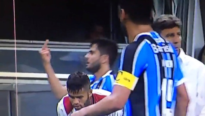 Henrique Almeida faz gesto obsceno para torcida do Grêmio (Foto: Reprodução / SporTV)