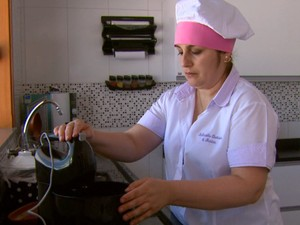 Tamara Bachiega aprendeu a cozinhar e montou o próprio negócio (Foto: Eder Ribeiro/EPTV)