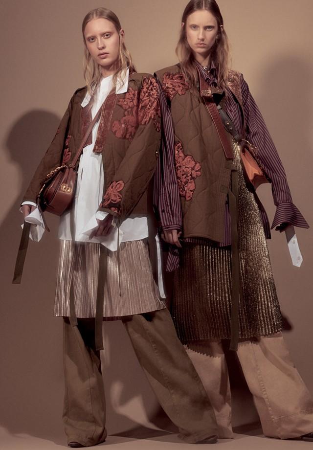 Wanessa usa casaco, Phillip Lim; camisa e pingente de chave, R$ 1.270, ambos Prada; saia, R$ 189, Amaro; calça, R$ 891, Talie na NK Store. Bolsa, R$ 8.650, Miu Miu. Sarah usa casaco e vestido, ambos Phillip Lim; camisa, bolsa, R$ 8.400, e pingente de chav (Foto: Gil Inoue)