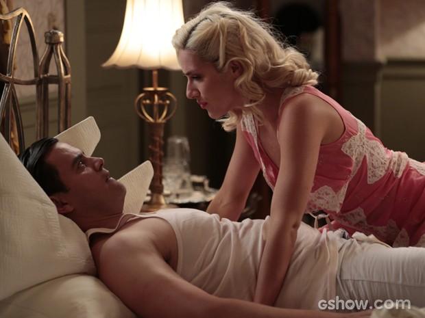 Cristina e Manfred estavam no maior love, até Manfred surtar mais uma vez (Foto: Felipe Monteiro/TV Globo)