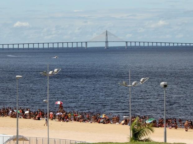 Manauenses lotaram a praia da Ponta Negra para aproveitar domingo de sol (Foto: Mônica Dias/G1 AM)