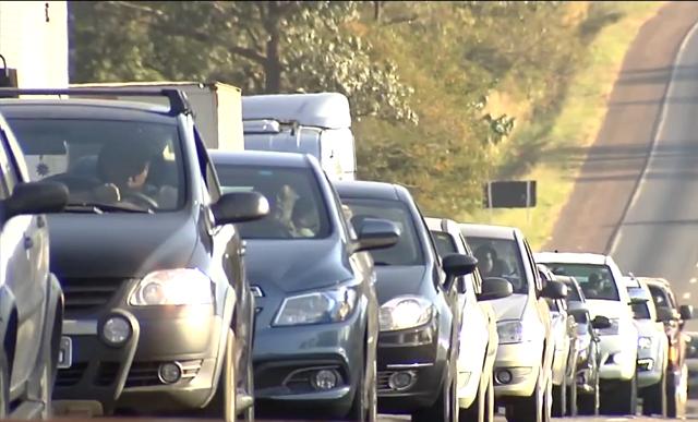 Usar farol baixo de dia passa a ser obrigatório em rodovias (Foto: Reprodução/TV Tribuna)