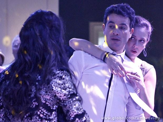 Raquel não gosta de ver Valdirene por perto de Carlito (Foto: Amor à Vida/TV Globo)