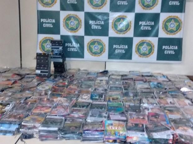 Dentre os produtos, cds, dvds, bolsas, relógios e carteiras de diversas marcas (Foto: Divulgação/Policia Civil)