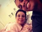 'Estamos curiosos para ver a carinha do bebê', diz Simony na maternidade