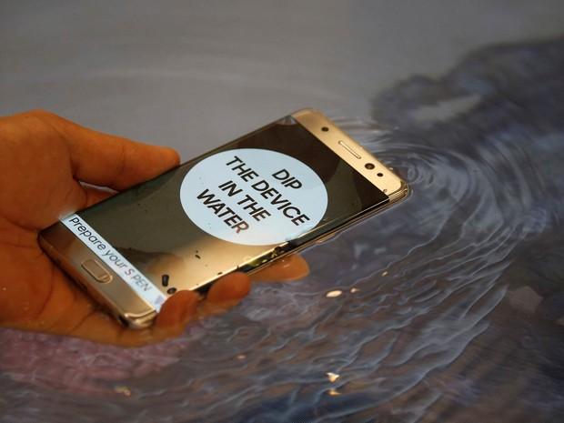O smartphone Galaxy Note 7 é apresentado em demonstração da função à prova d'água durante lançamento da Samsung em Seul, na Coreia do Sul (Foto: Kim Hong-ji/Reuters)