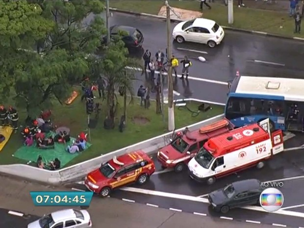 Acidente deixa pelo menos dez feridos na Ponte Socorro na manhã desta segunda-feira (Foto: Reprodução/TV Globo)