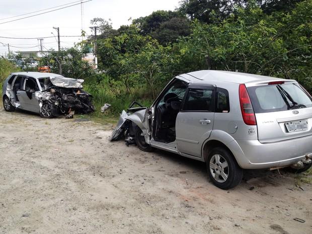 Acidente mata duas pessoas e fere três em Bertioga, no litoral de SP (Foto: Luis Paes/G1)