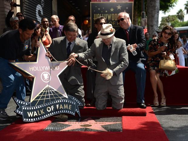 Ator Walter Kroenig (de chapéu), da série 'Jornada nas estrelas', é homenageado com estrela na Calçada da Fama em Los Angeles, nesta segunda-feira (10) (Foto: Robyn Beck/AFP)