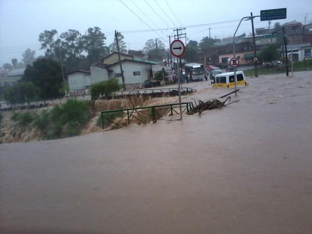 Córrego transbordou e van ficou ilhada durante temporal (Foto: Rosângela Pantojo/Divulgação)