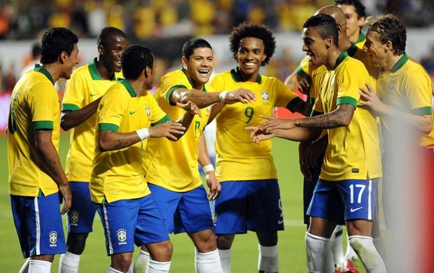 jogadores do BRasil comemoram o gol de Hulk (Foto: Agência Reuters)