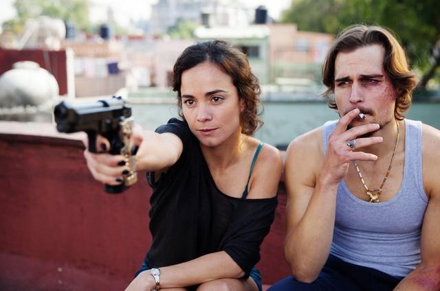 Alice Braga e Jon-Michael Ecker em 'A rainha do sul' (Foto: Reprodução)