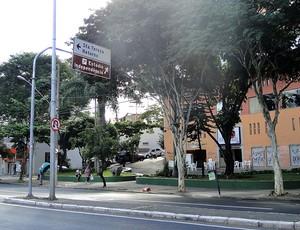placa na Avenida Silviano Brandão (Foto: Gabriel Medeiros)